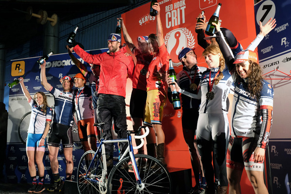 Podium du Red Hook Crit Brooklyn au centre le vainqueur Thibaud LHENRY