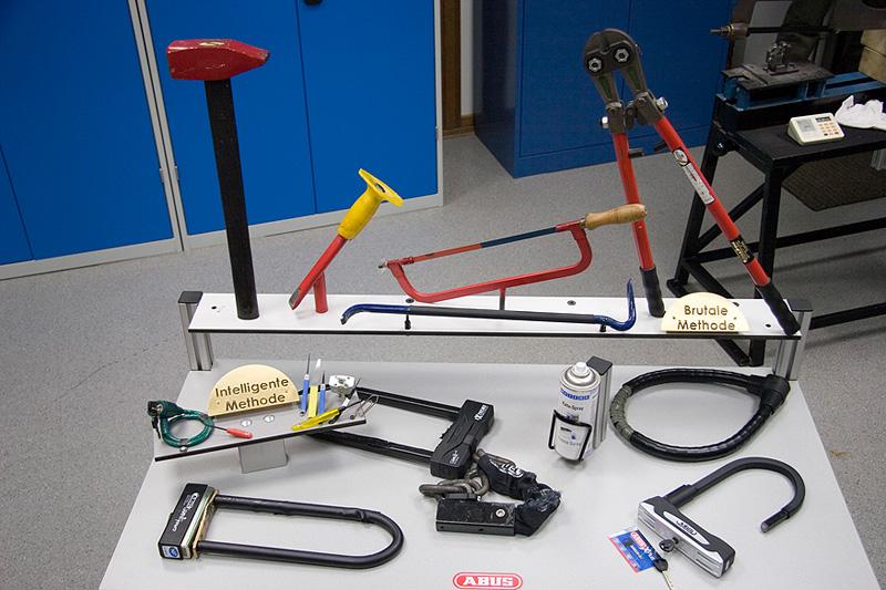 L'arsenal des outils utilisés par les voleurs de vélos - Photo ©Abus