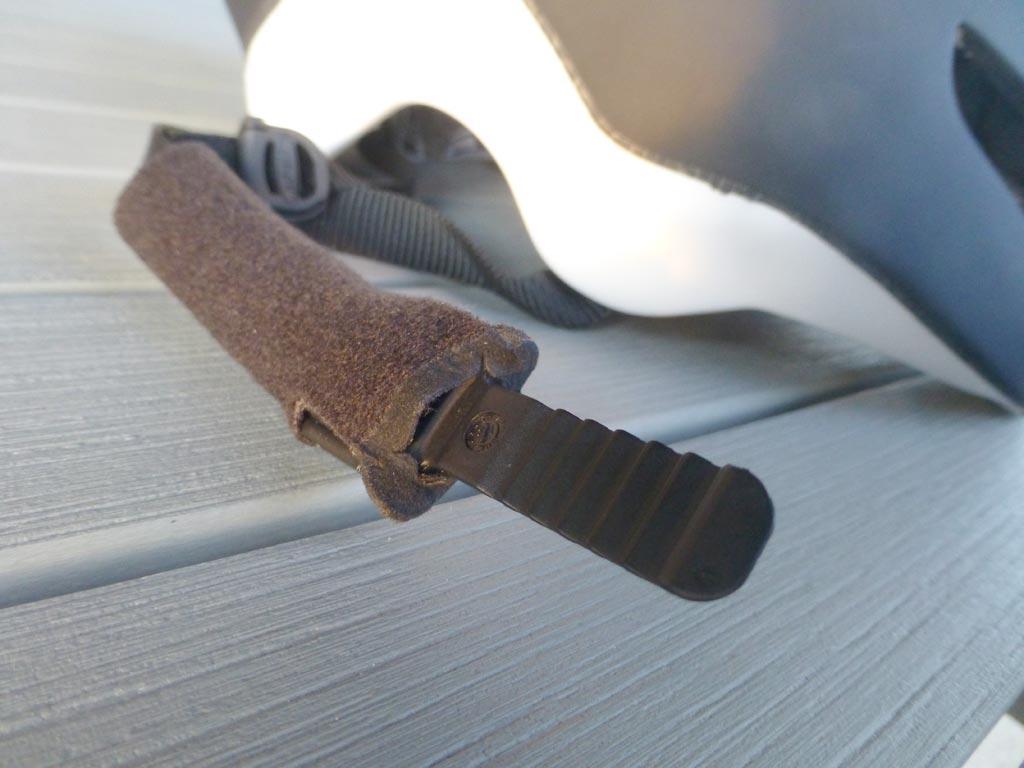 Sangle jugulaire du casque EDAero avec une boucle permettant d'ajuster la tension - photo ©T&N