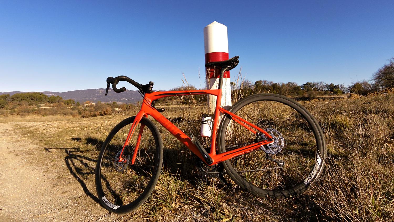 En haut de la côte d'Ansouis rondement grimpée - Photo Bike Café