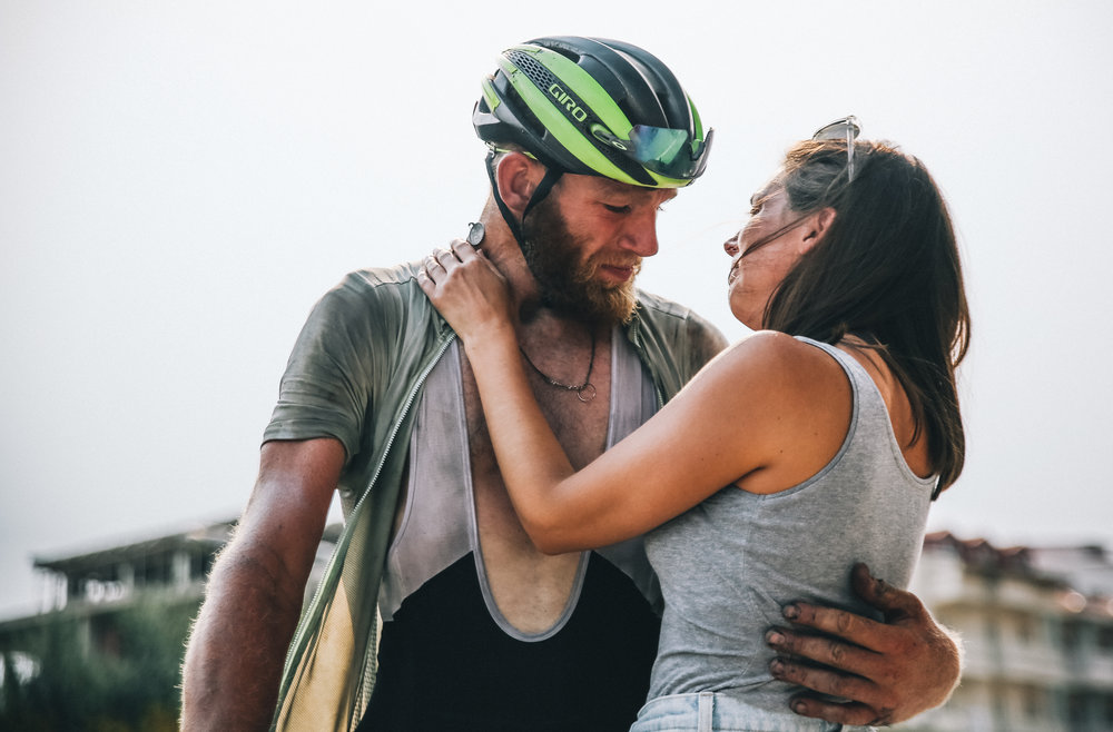 """Le """"rookie"""" (débutant) Rory McCarron retrouve sa fiancée à l'arrivée de lo'édition 2017 - photo Lian Van Leeuwen"""