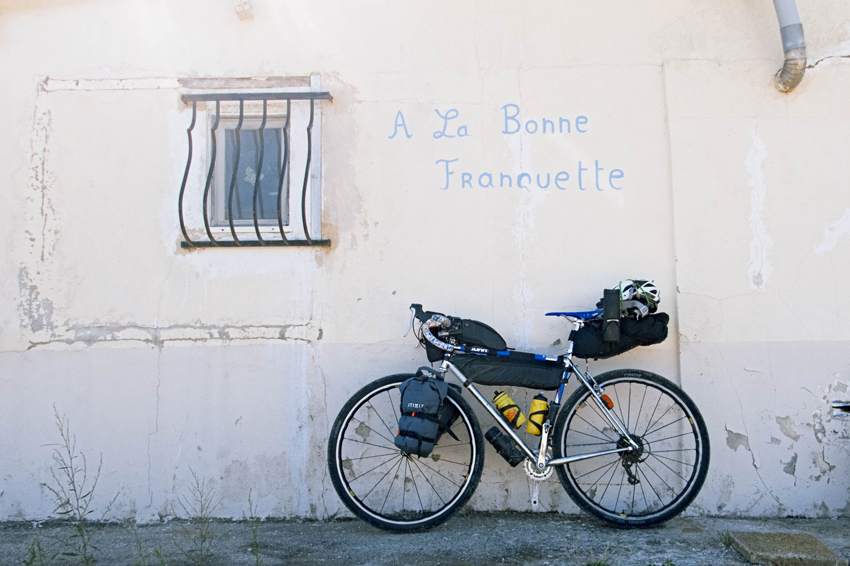 Pour commencer, cgrgeons le vélo pour un trip de 500 km - photo Dan de Rosilles