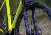 Gravel bike suspendus