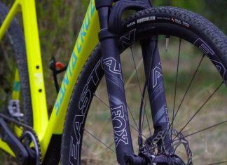 Gravel bike suspendus