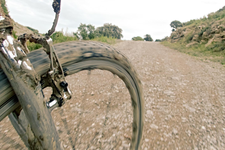 Le pneu passe de la boue au gravier sans besoin d'adapter le pilotage - photo Dan de Rosilles