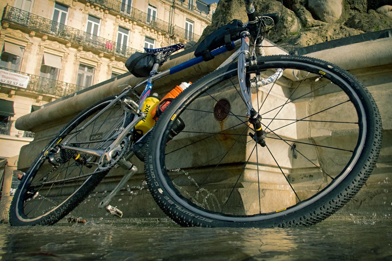 il y a des dalles lisses et des pavés mouillés par la fontaine, deux surfaces intéressantes pour tester l'accroche des G One Bite - photo Dan de Rosilles