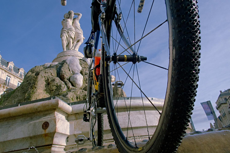 Au cœur de la ville de Montpellier, autour de la Fontaine des Trois Grâces place de l'Horloge, il y a des dalles lisses et des pavés mouillés par la fontaine, deux surfaces intéressantes pour tester l'accroche des G One Bite - photo Dan de Rosilles