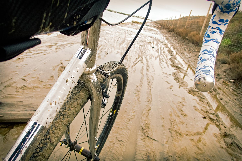 Dans la boue piégeuse au bord du canal du Rhône à Sète, le pneu débourre parfaitement et tient la ligne - photo Dan de Rosilles