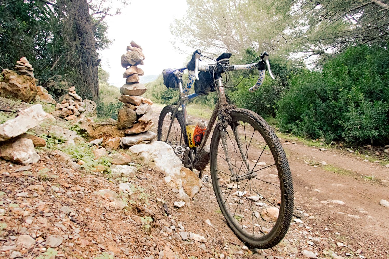 La boue des Salins de Frontignan se charge sur les freins, pas sur les pneus - photo Dan de Rosilles