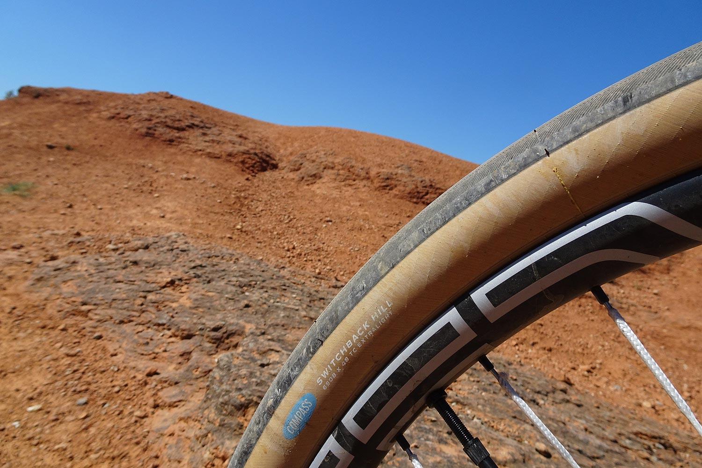 Gravel avec pneus Compass et roues CEC