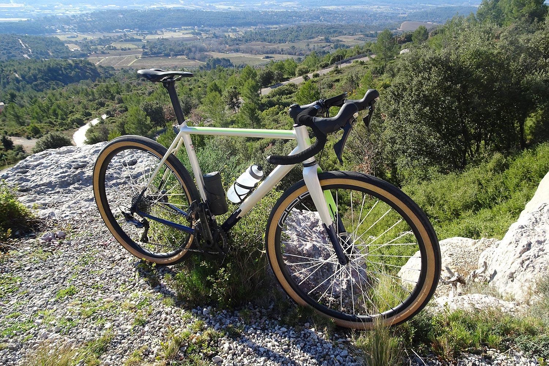 Roues CEC 650B avec rayons en Dyneema au poids de 1,030 kg - photo Bike Café