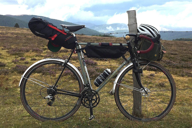 L'idéale 90, une icône sur ma randonneuse Gazelle en version bikepacking.