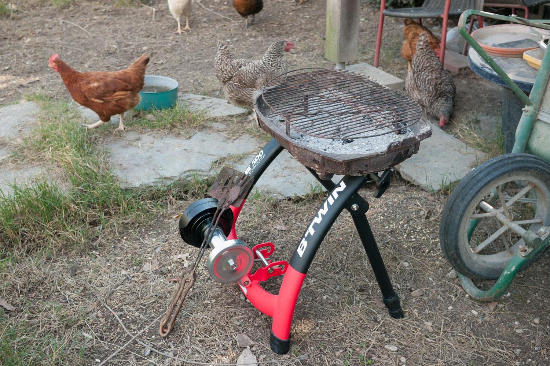 Un home trainer entrée-de-gamme judicieusement valorisé en barbecue - photo Dan de Rosilles