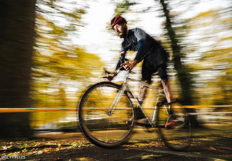 Simon Kirscher adepte du fixo cross sur son acien vélo qu'il utilise désormais en vélo taf.