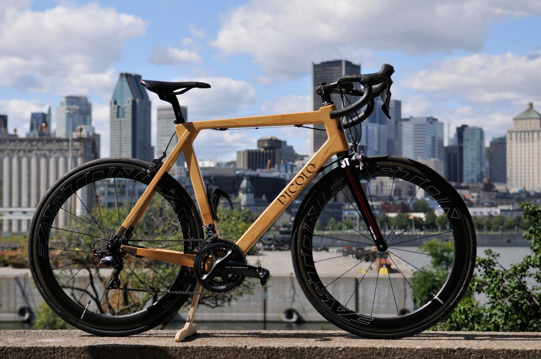Picolo des vélos avec un cadre en bois