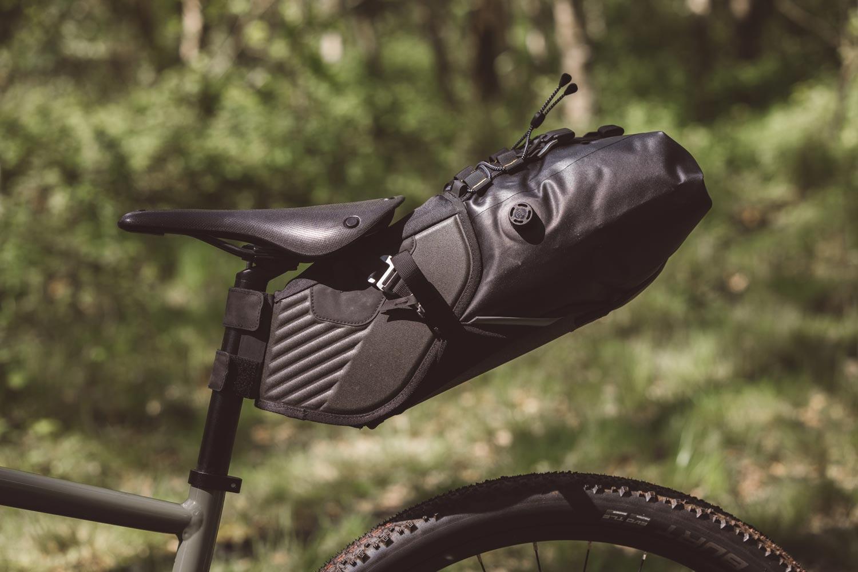 Riverside bagagerie accessibles pour le bikepacking. On remarque le bouchon permettant de vider l'air du dry bag?