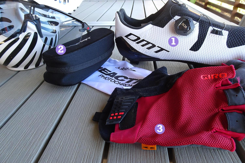 Les chaussures DMT KR3, les gants Giro Supernatural et les lunettes Ultimate de Julbo - photo Bike Café